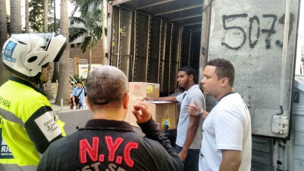 O diretor do Sindicato Paulo Henrique da Silva durante a interrupção do descarregamento. Imagem: Comerciários do Rio