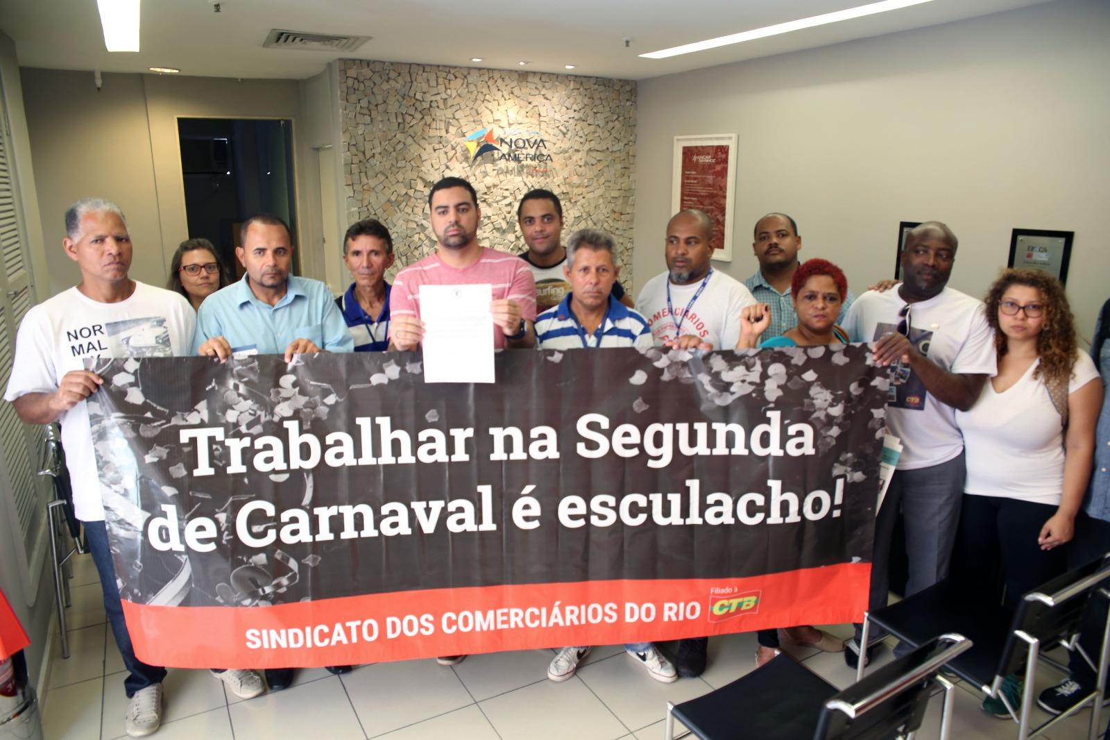 Diretores e assessores do Sindicato no momento da entrega da carta à administração do Nova América. Foto: Wellington Santos/ Comerciários