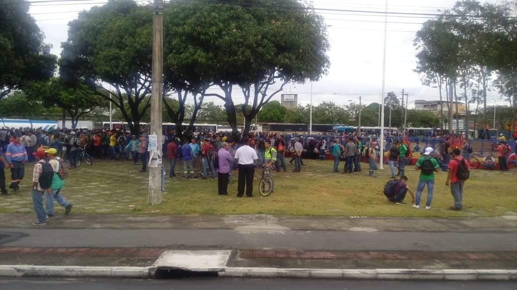 Trabalhadores terceirizados da Vale realizam protesto em Carapina