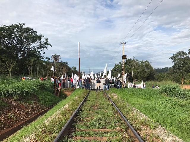 Atingidos pelo crime da Vale, em Brumadinho, bloqueiam linha férrea da mineradora