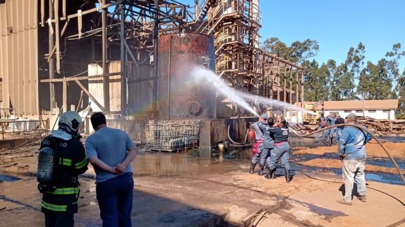 Bombeiros combatem incêndio em indústria de fertilizantes