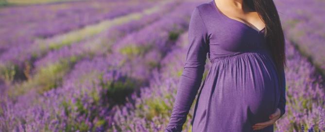 Saiba como se vestir de forma confortável e elegante durante a gravidez sem gastar muito dinheiro! Veja nossas dicas de roupas para gestantes!