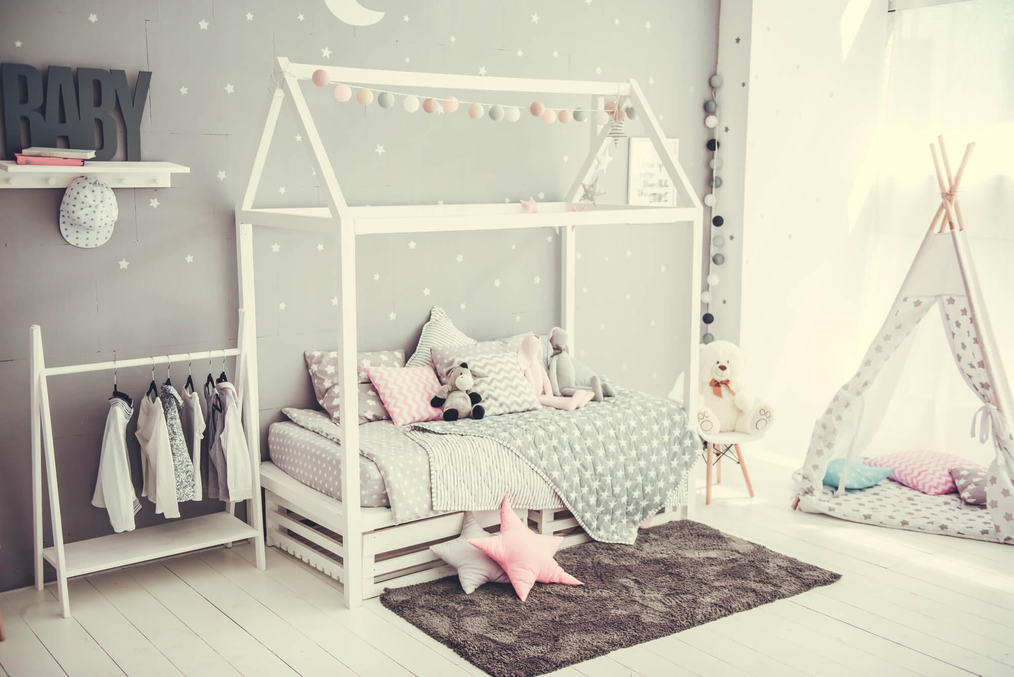 Cama montessoriana: o que é e como incluí-la na decoração do quarto